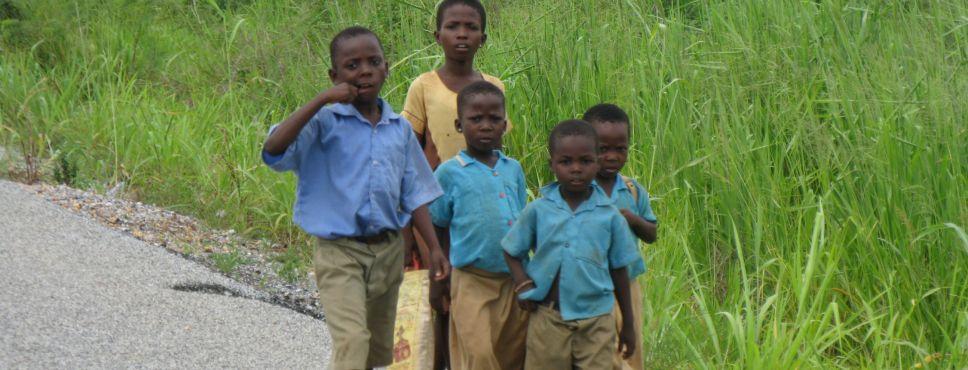 Schulkinder an der Straße
