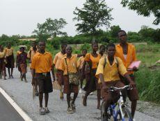 Schulkinder auf der Straße