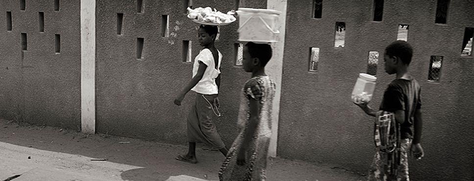 Mädchen gehen an einer Mauer entlang